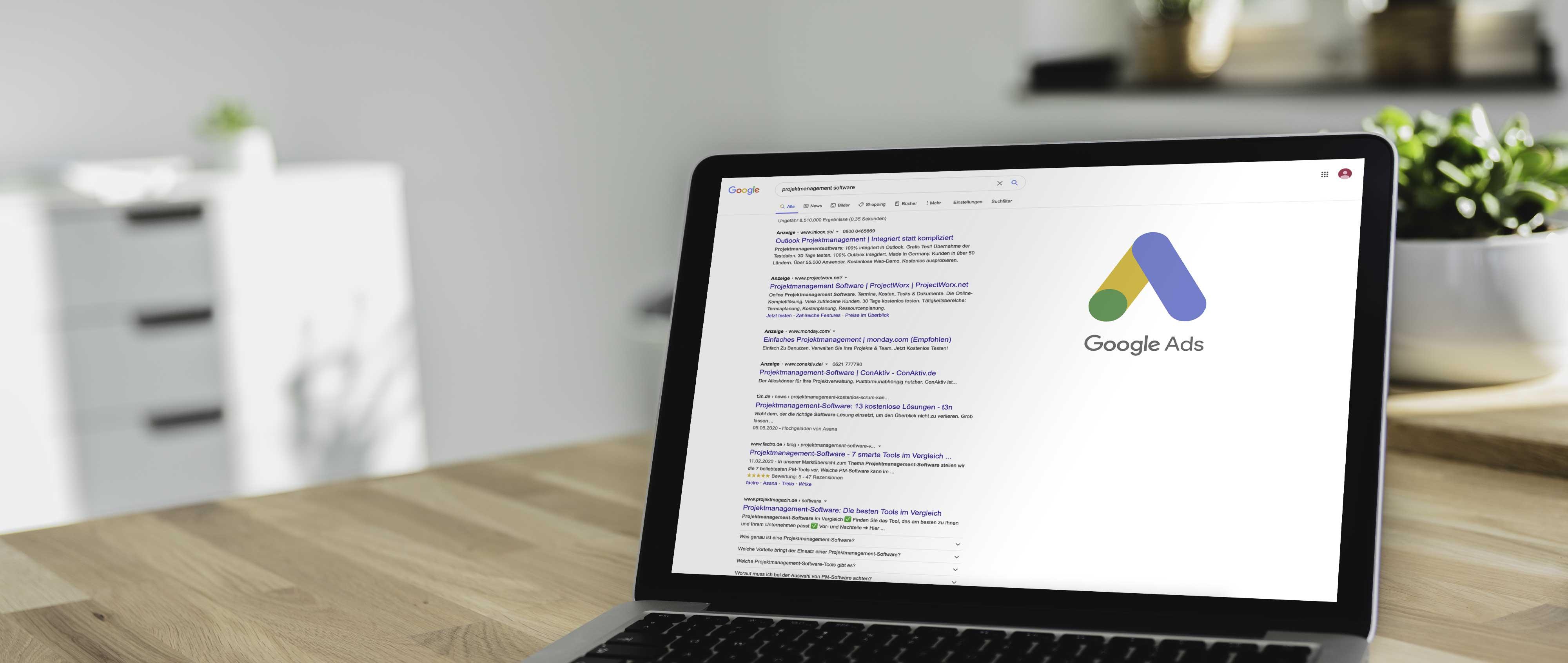 Laptop mit Google Ads