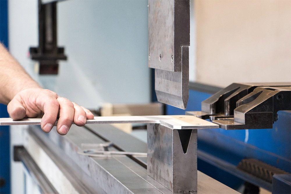 Bleche abkanten für R&C Blechformtechnik
