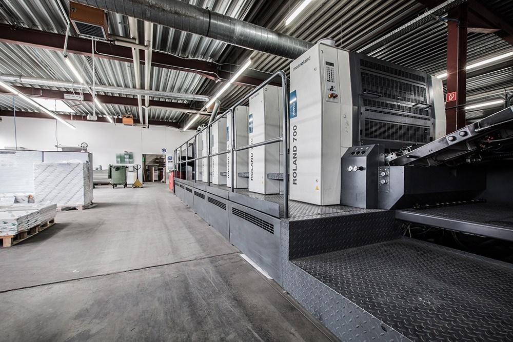 Druckmaschine und Produktionshalle